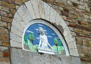 La lunetta esterna della chiesa di Monteverdi.